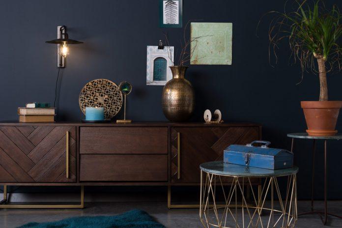 Tmavé čokoládové odtiene sa vkrádajú aj do interiérov v stále obľúbenom  škandinávskom štýle. Foto  Dutchbone 5d50cdd2063