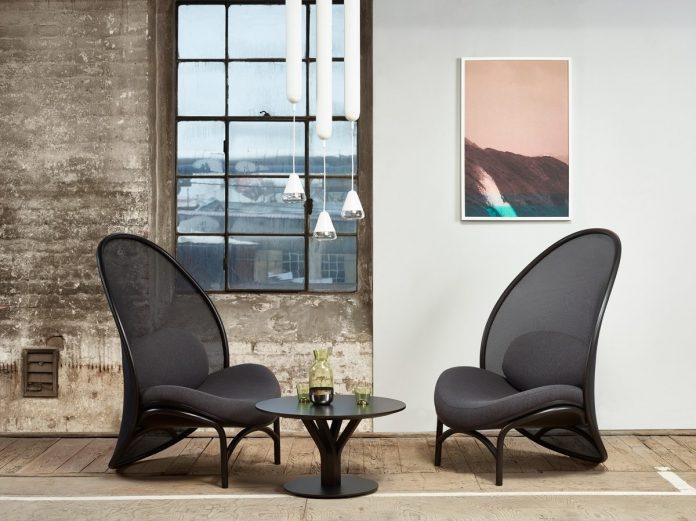 Trend kriviek dokonale reprezentuje nové lounge kreslo Chips od českej  dizajnérky Lucie Koldovej. Foto  TON 5f42e7e7114