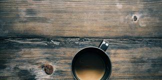 myty-o-dreve-drveny-stol-so-salokou-kavy