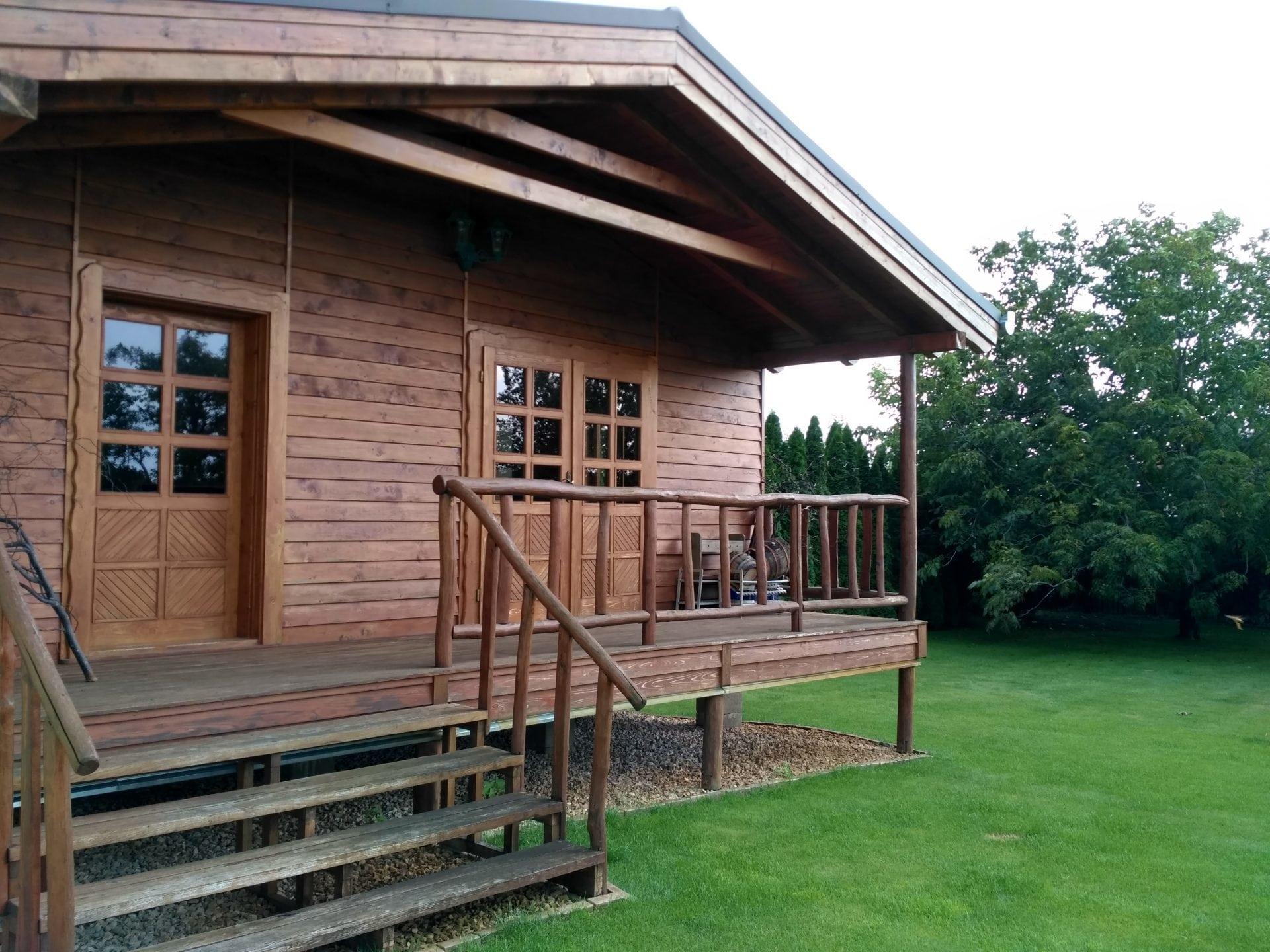 dom z dreva s dreveným zábradlím 969536cb1fa