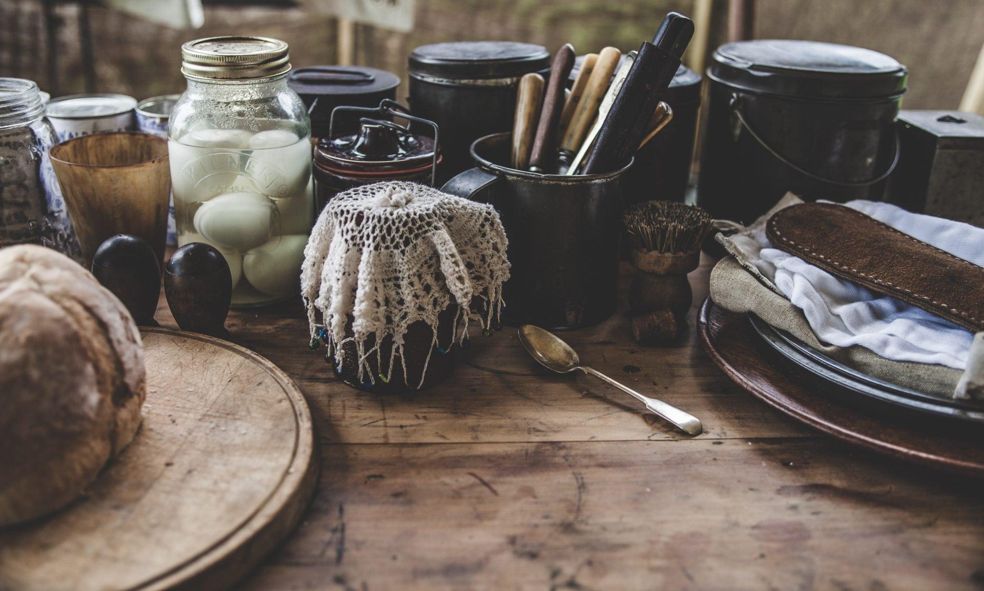 stôl z dreva s dreveným podnosom, príbormi a jedlom