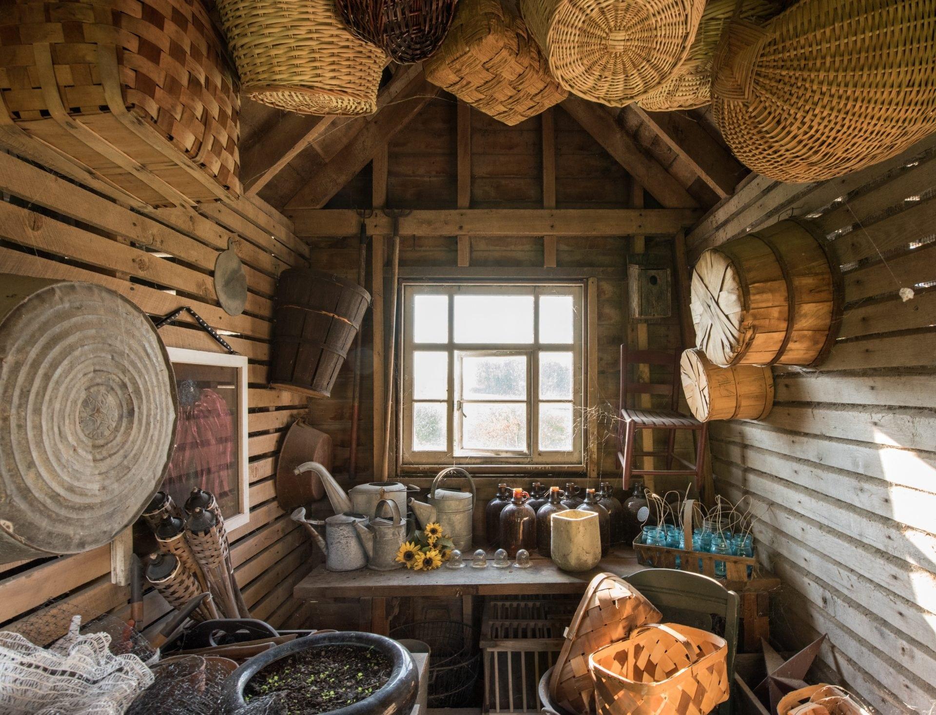 drevený záhradný dom s prútenými košíkmi a oknom
