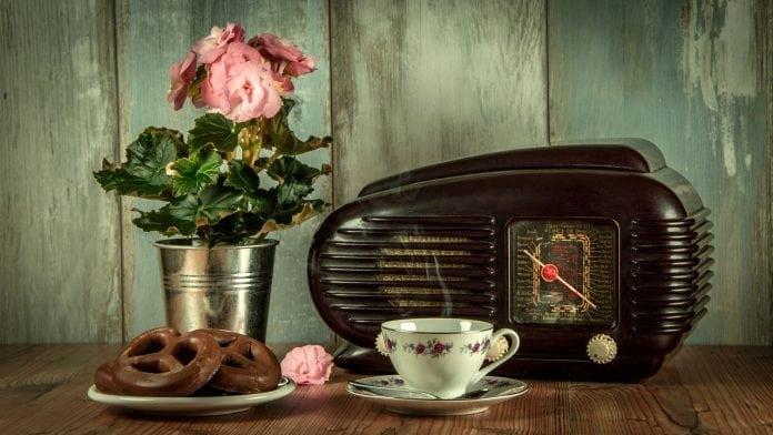 drevena-komoda-retro-radio-porcelanova-salka-plechove-vedro-s-kvetmi-dreveny-obklad