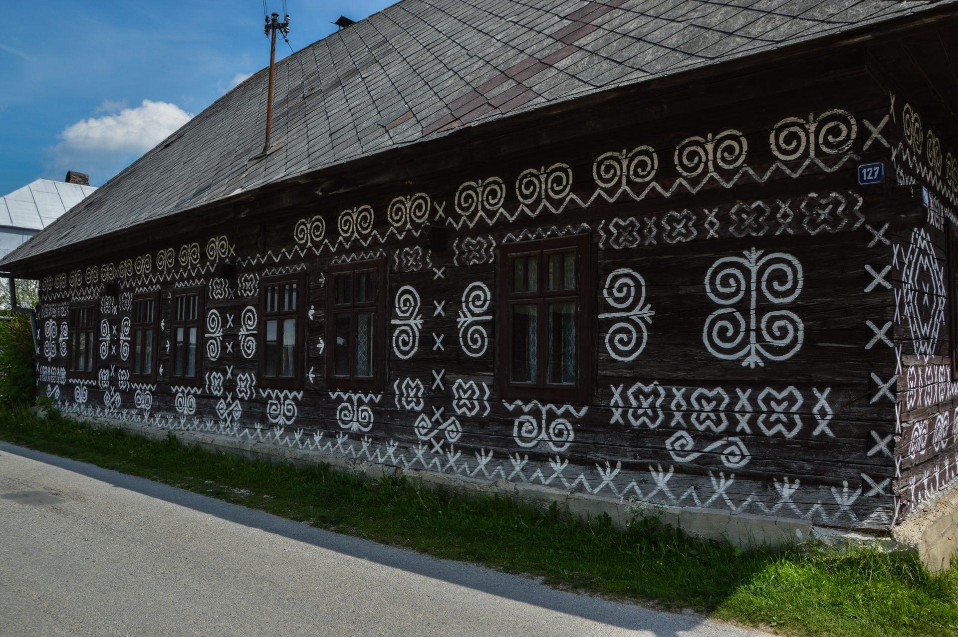 malovany-dom-biele-vapno-lomena-vlnovka-trojcipy-listok-lezaty-kriz-drevo-dom-okno-strecha