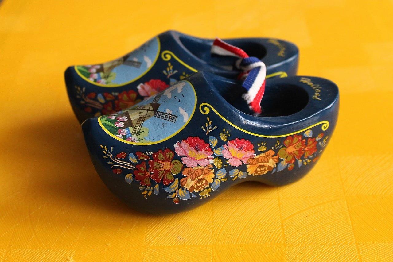 holandske-drevaky-malovane-drevo-kvetiny-mlyn-zlta-podlaha