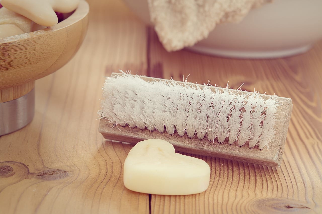 drevena-kefa-s-prirodnymi-stetinami-prirodne-domace-mydlo-dreveny-stol-miska-z-dreva