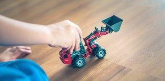 drevena-podlaha-starostlivost-detska-ruka-traktor-dieta