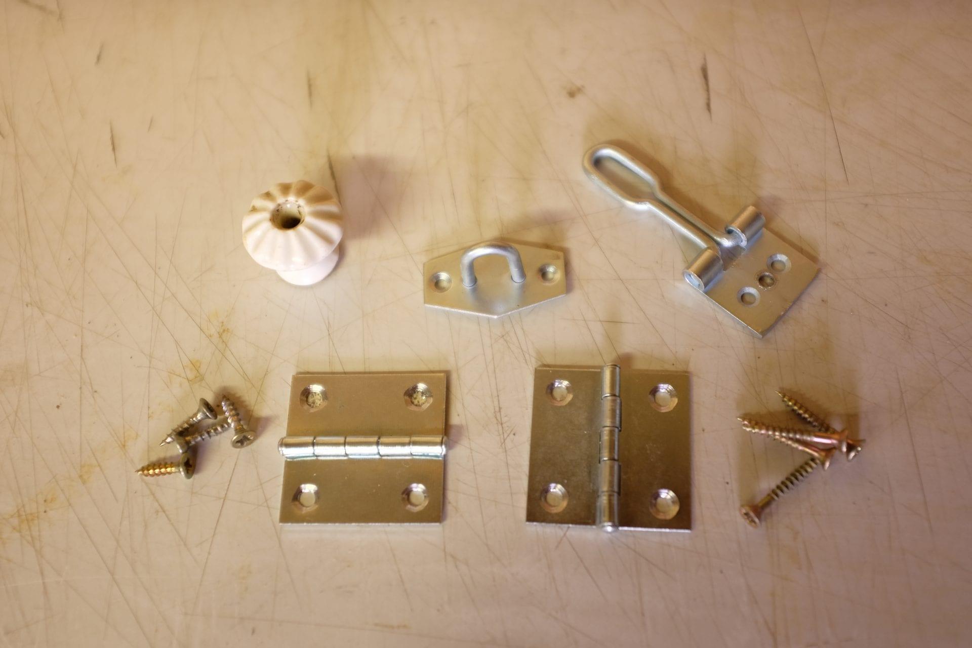 kovanie-kluc-sroby-zamok-drevo