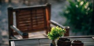 kyticka-vo-vaze-na-drevenom-stole-drevena-stolicka-exterier-zahrada