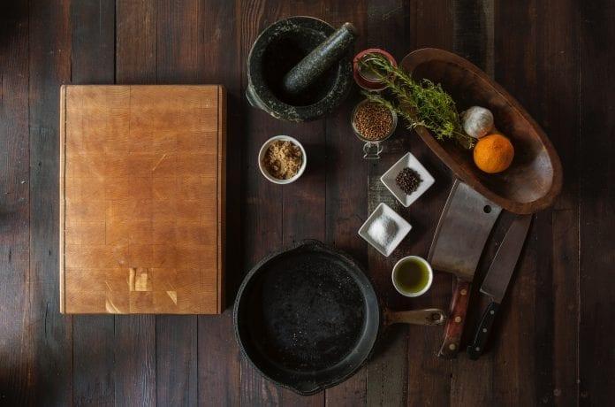 kuchyna-drevo-drevena-pracovna-doska-kniha-receptar-drevena-miska-zelenina