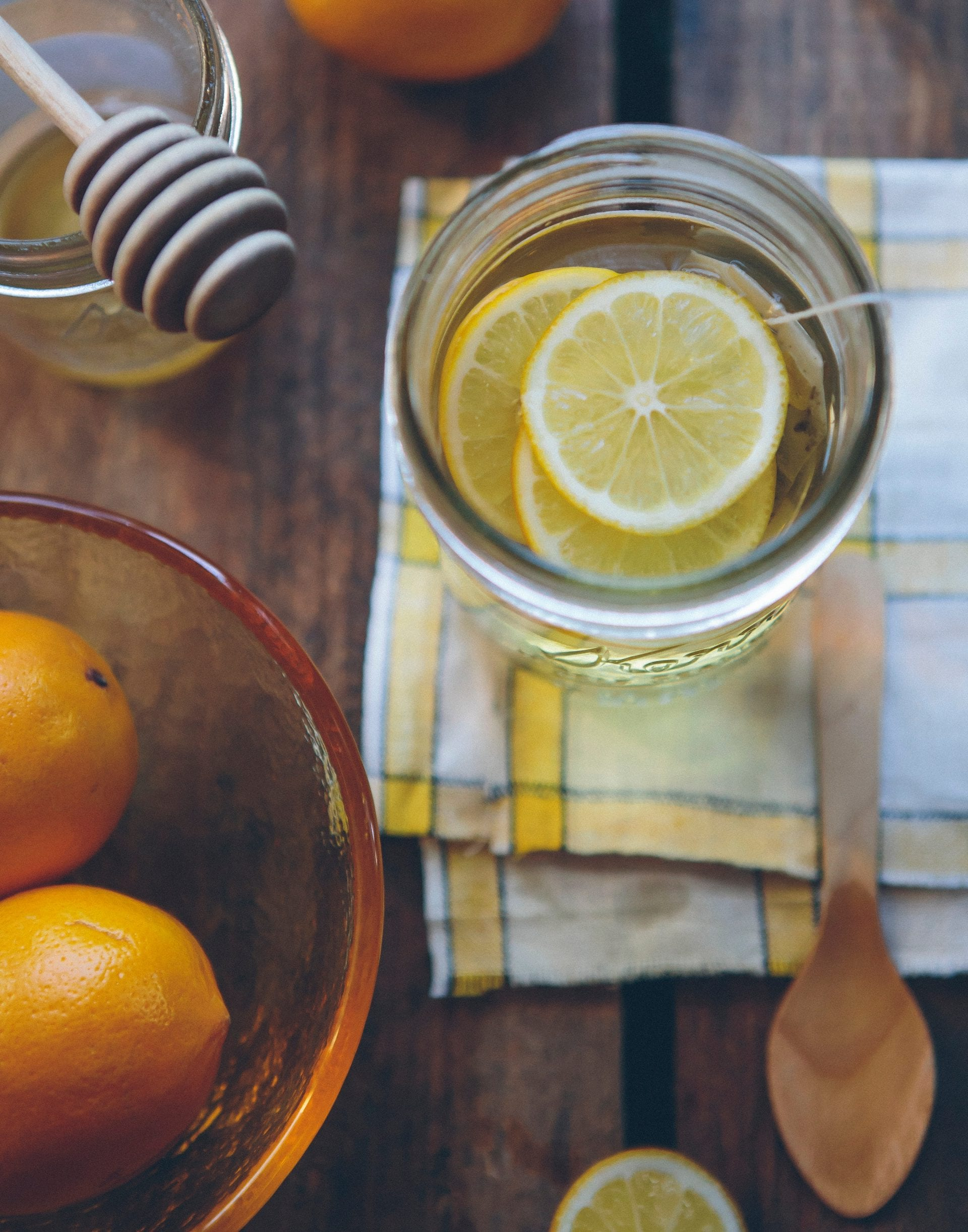 citron-med-pomarance-kuchynska-doska-lyzica