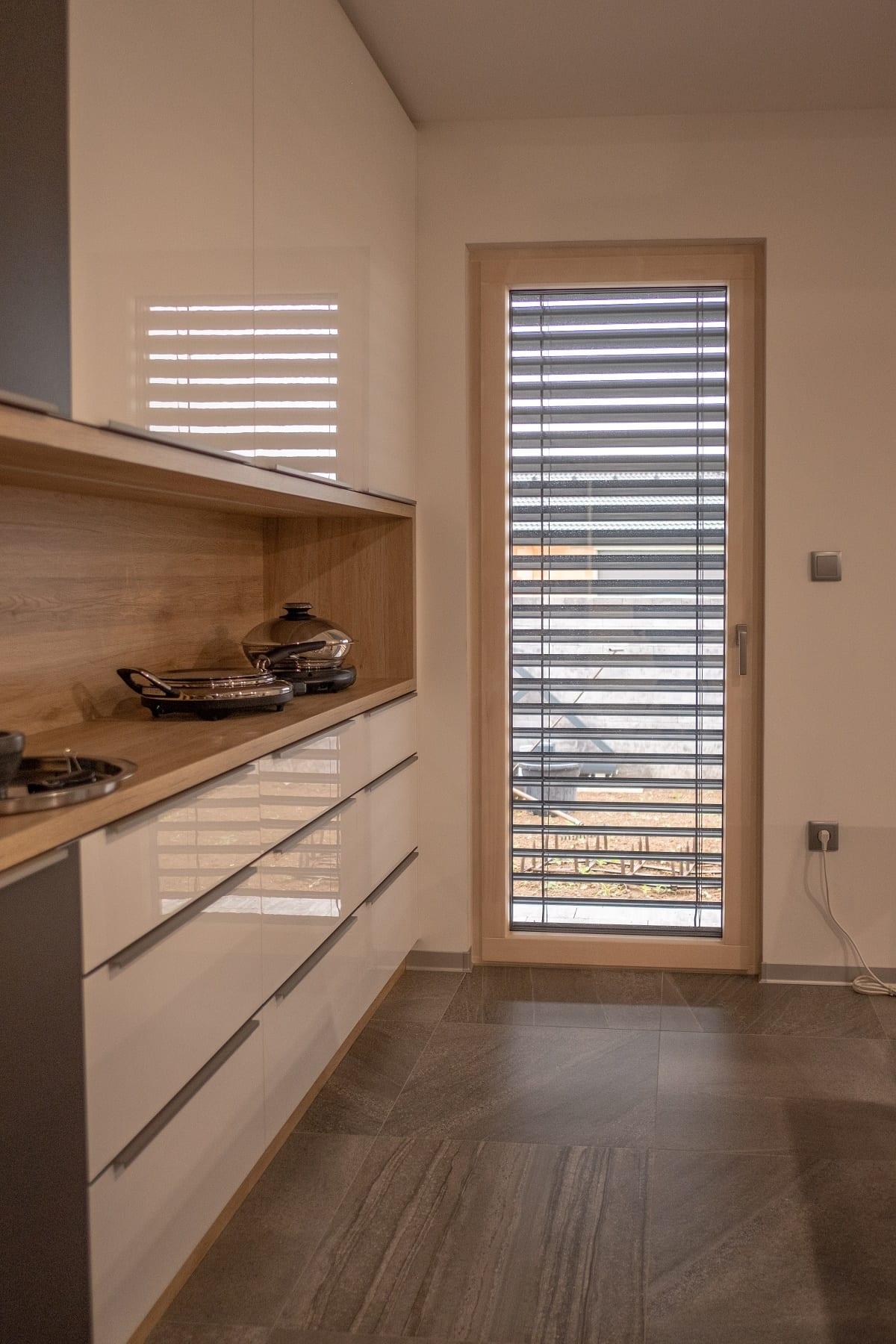 kuchyna-okno-dvere-zaluzie-kuchynska-linka-drevo-drevene-okna
