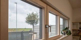 okna-miestnost-ulica-strom-osvetlenie-parapeta