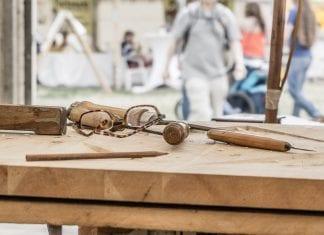 drevo-chyby-ryhy-brusenie-okuliare-dielna-stolar-remeselnik-hoblik-ceruzka-opracovane-drevo