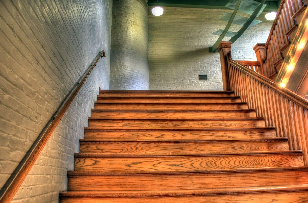 drevene-schody-dom-drevene-zabradlie-tehla-svetlo-lampa