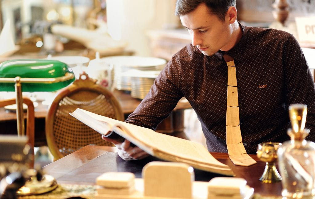 drevena-kravata-muz-stol-kosela-obrus-kniha
