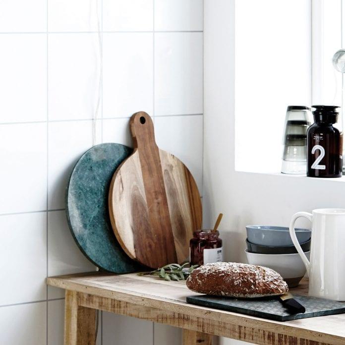 kuchyna-dreveny-lopar-dreveny-stol-okno-korenicka-solnicka-chlieb-doska-na-krajanie