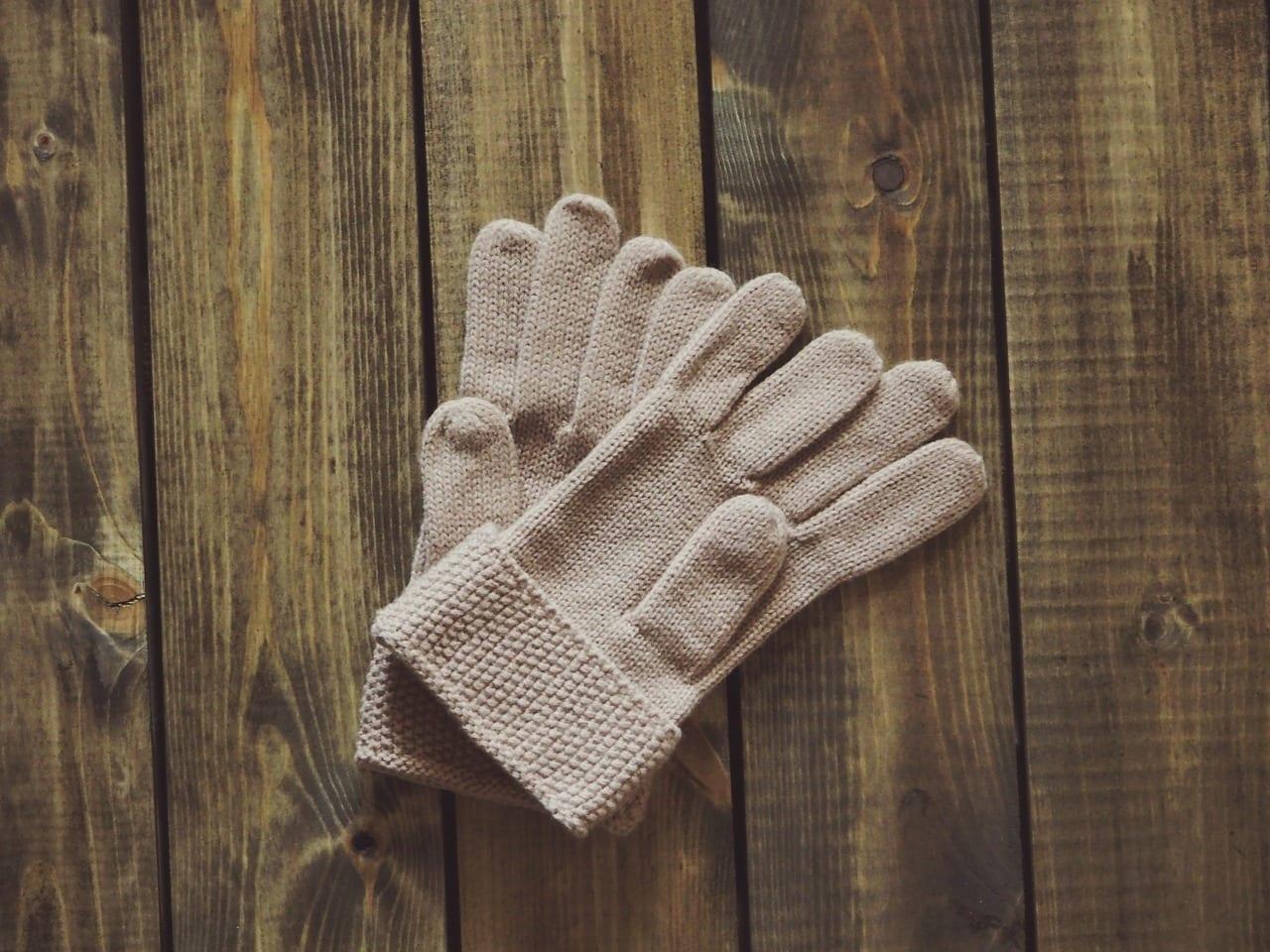 rukavice-sezona-drevena-podlaha-starostlivost-drevo
