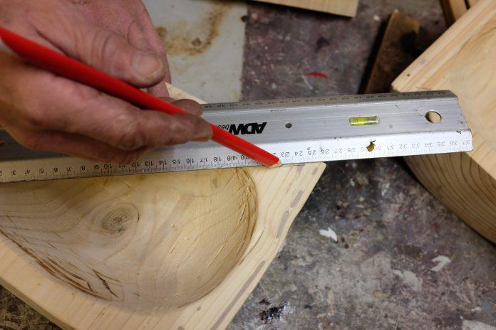 pravitko-drevo-meranie-ceruzka-stol-rezbar