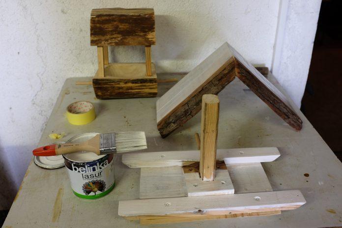 lazura-na-drevo-vyroba-dreveneho-krmidla-vtaky-stol-dielna