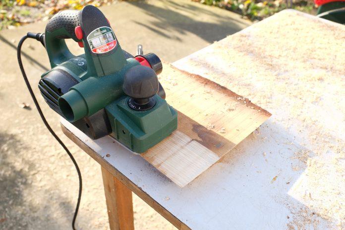 hoblovanie-drevo-stol-dielna-brusenie