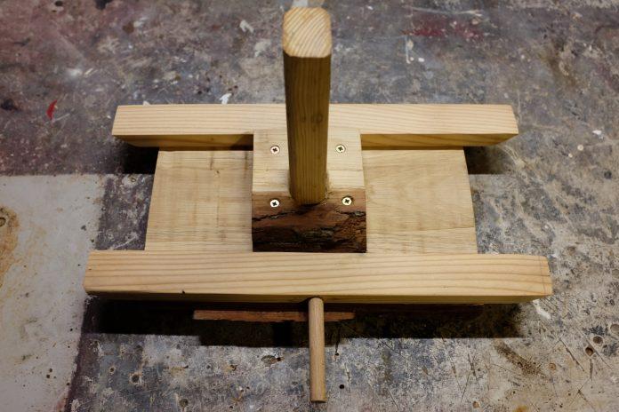 vtacie-krmidlo-drevo-stol-skrutka