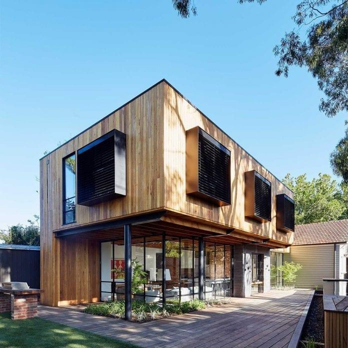 dom-z-dreva-cierne-ocelove-okna-recyklovane-drevo