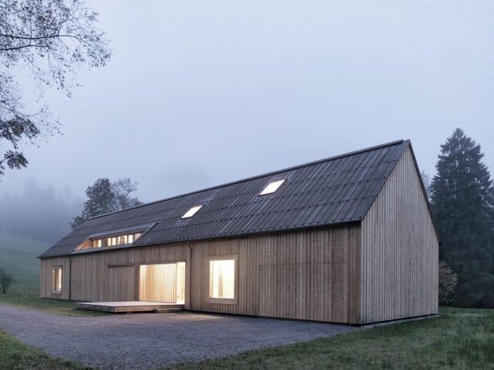 drevo-stodola-byvanie-okna-strecha-svetlo-drevodom