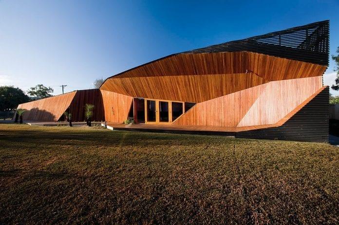 drevostavba-drevodom-futurizmus-dom-z-dreva-drevene-okna