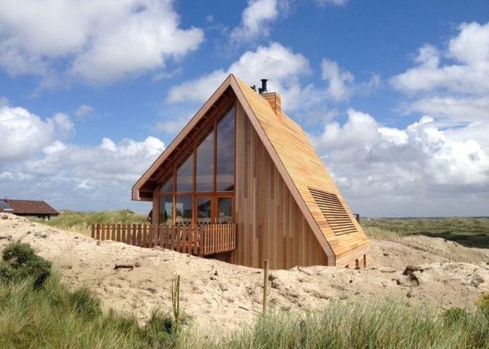 waddenske-ostrovy-piesocna-duna-cedrove-drevo-drevodom-okna-modra-obloha-trava