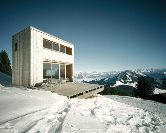 panorama-svajciarsko-velke-okna-sneh-drevostavba-drevodom-hory-drevena-terasa