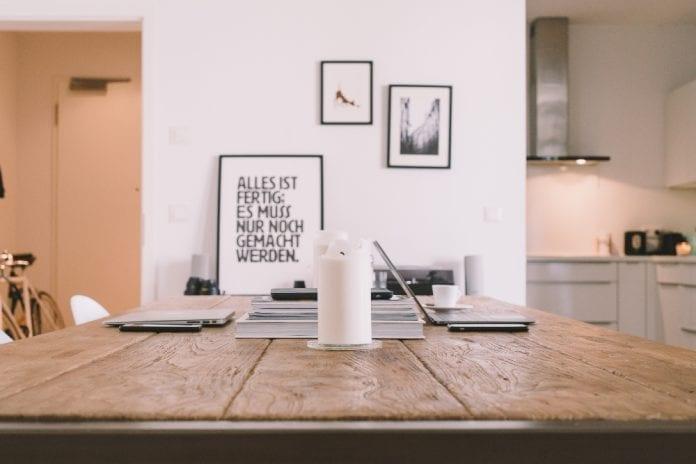 drevo-stol-sviecka-obrazy-stena-taniere-kuchyna-jedalen