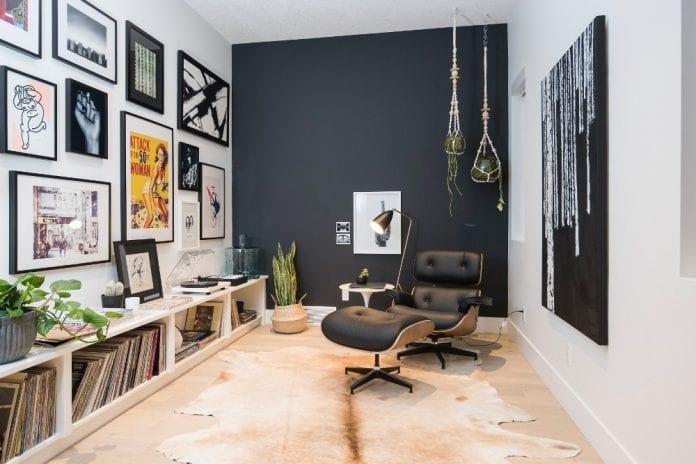 kozene-kreslo-stena-obrazy-koberec-svetlo-drevena-podlaha