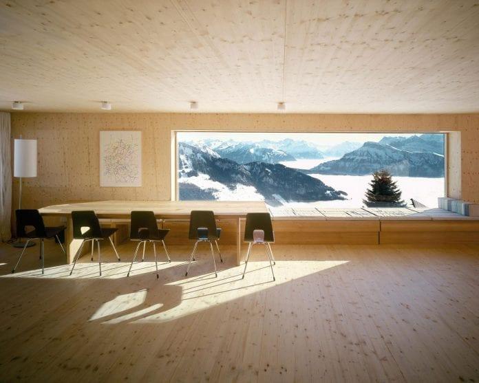 drevostavba-drevodom-dreveny-stol-stolicky-vyhlad-na-hory-stromy-sneh