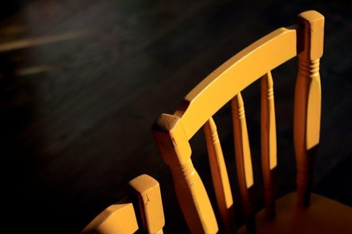 nabytok-stolicka-drevo-interier-dizajn-jedalen-chalupa