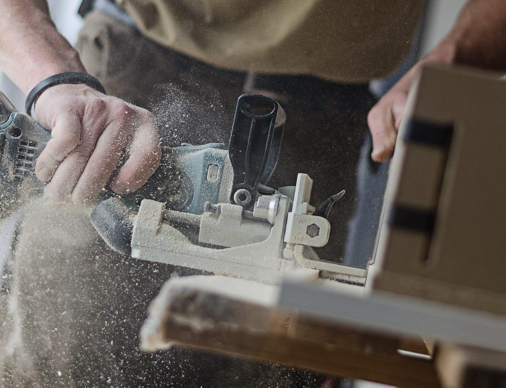drevo-opracovavanie-stolar-stolarstvo-brusenie-piliny-nabytok