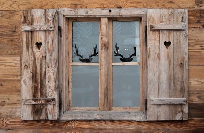 okno-chata-chalupa-drevodom-zrub-okenice-vianoce-dekoracie