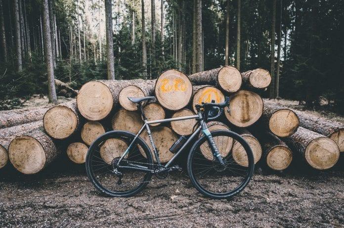 drevo-bicykel-tazba-les-kmene-smrek-jedla-vystavba