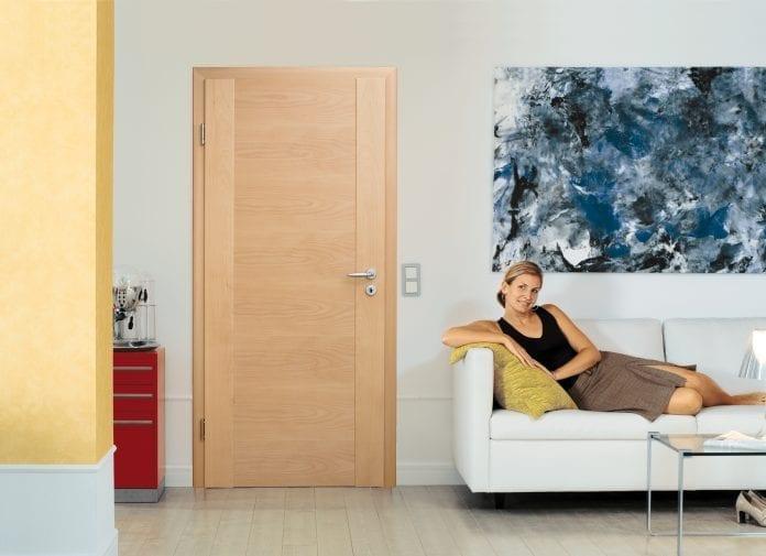 drevene-dvere-izba-obyvacka-dekoracie-gauc-zena-pohodlie-minimalizmus-byvanie