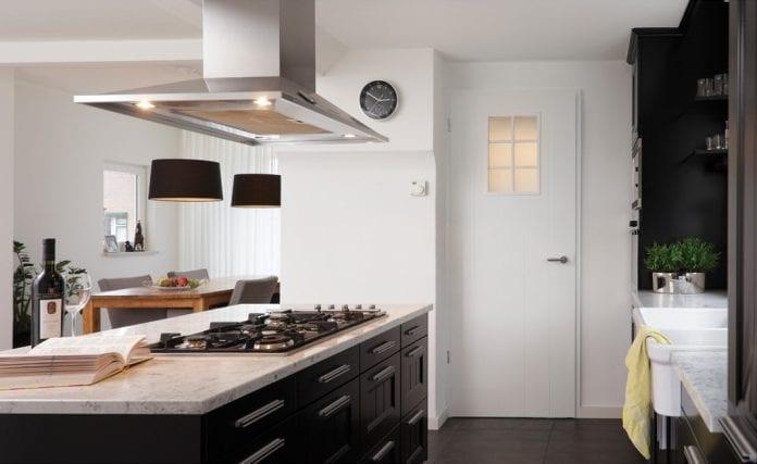 interier-drevene-dvere-kuchyna-jedalen-minimalizmus-dizajn-vino-dekoracie-byvanie