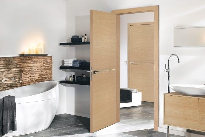 interier-drevene-dvere-kupelna-minimalizmus-vana-umyvadlo-dekoracie-dizajn-dlazba
