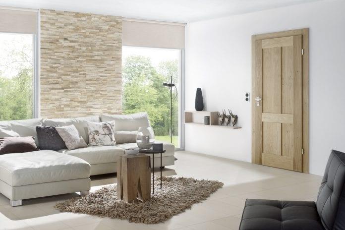 interier-obyvacka-dom-drevene-dvere-gauc-dizajn-koberec-dekoracie-minimalizmus