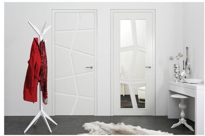 interier-dizajn-dekoracie-predsien-izba-drevene-dvere-minimalizmus-vesiak-kabat