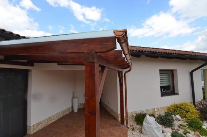 dom-dreveny-pristresok-odkvap-skalka-kvety-okno-strecha