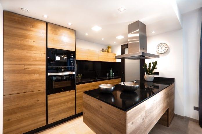 drevena-moderna-kuchyna-sporak-miska-hrnce-vstavana-pec-hodiny-skrinky