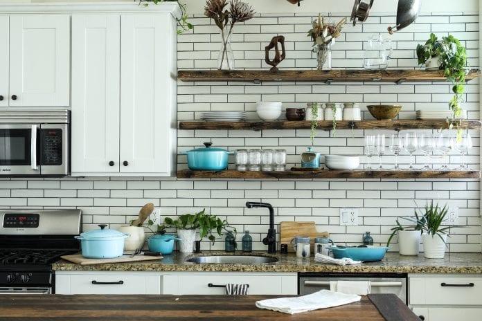 kuchyna-police-riad-hrnce-pec-umyvadlo-kvety-dekoracie-pohare-utierky-skrinky