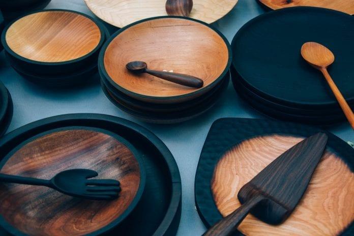 dreveny-riad-dizajnovy-prvok-kuchyna-varecha-tanier-miska-naberacka