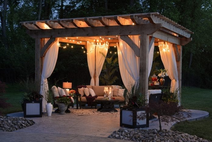 romantika-zahrada-architektura-drevo-zavesy-kvety-vecer-kreslo-dekoracie