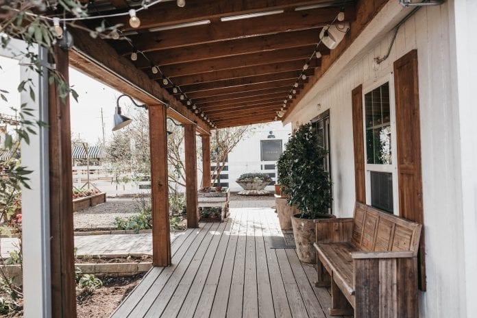 drevena-lavica-pristresok-osvetlenie-dom-architektura-zahrada-stromy