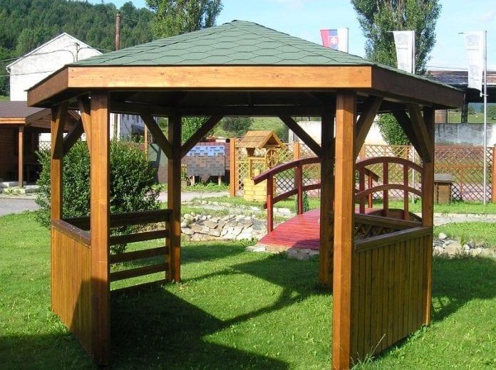 zahrada-stromy-kvety-travnik-architektura-dreveny-altan-mostik